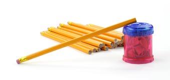 Unsharpened Bleistift auf Bleistiftspitzer Stockbild