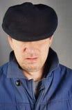 Unshaved Mann in einer schwarzen Schutzkappe Stockfoto