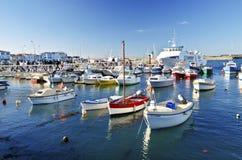 Unship de passagers dans le port de Joinville en île de Yeu Photographie stock libre de droits