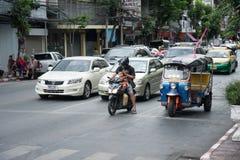 Unsicherer Vater und Sohn auf Motorrad Stockbilder