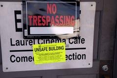 Unsicheres errichtendes Zeichen, in dem Gebrauch verboten wird lizenzfreie stockbilder