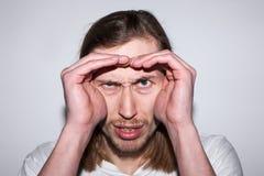 Unsicheres männliches Suchen zu Information stockfoto