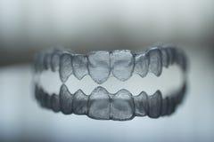Unsichtbare zahnmedizinische Zahnklammerzahn-Plastikklammern lizenzfreie stockbilder