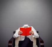 Unsichtbarer Mann, der das Buch hält Lizenzfreie Stockbilder