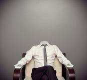 Unsichtbarer Mann, der auf Lehnsessel sitzt Stockbild