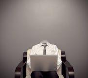 Unsichtbarer Mann, der mit Laptop arbeitet Lizenzfreies Stockbild