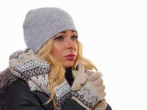 Unsmiling женщина одетая на зима стоковые изображения