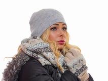 Unsmiling женщина одетая на зима стоковая фотография rf