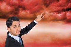 Unsmiling azjatykci biznesmena wskazywać Zdjęcia Royalty Free