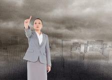 Unsmiling azjatykci bizneswomanu wskazywać Obrazy Stock