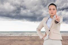 Unsmiling azjatykci bizneswomanu wskazywać Fotografia Stock