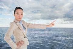 Unsmiling azjatykci bizneswomanu wskazywać Fotografia Royalty Free