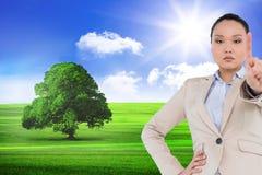 Unsmiling azjatykci bizneswomanu wskazywać Obraz Stock