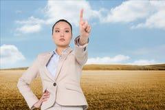 Unsmiling azjatykci bizneswomanu wskazywać Obraz Royalty Free