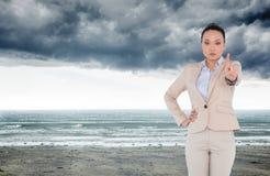 Unsmiling azjatykci bizneswomanu wskazywać Zdjęcia Royalty Free