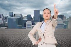 Unsmiling azjatykci bizneswomanu wskazywać Zdjęcie Royalty Free