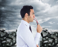 Unsmiling biznesmen trzyma szkła Zdjęcie Stock