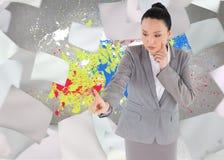 Unsmiling myślący azjatykci bizneswomanu wskazywać Obraz Royalty Free