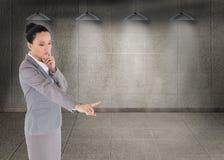 Unsmiling myślący azjatykci bizneswomanu wskazywać Obraz Stock