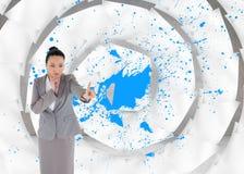 Unsmiling myślący azjatykci bizneswomanu wskazywać Obrazy Stock
