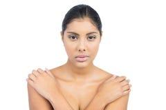 Unsmiling nadzy brunetki mienia ramiona Obraz Stock