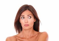 Unsmilings Latijnse vrouw die aan haar linkerzijde kijken Stock Foto's