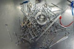 Unsortierte chirurgische Instrumente nachdem dem S?ubern in die Waschmaschine lizenzfreie stockfotografie