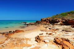 Unspoiled пляж около причала, Broome, Австралия Стоковые Фото