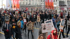 Unsterbliche Regimentprozession in Victory Day - Tausende von Leuten marschierend entlang Tverskaya-Straße in Richtung zum Roten  stock video