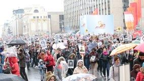 Unsterbliche Regimentprozession in Victory Day - Tausende von Leuten marschierend in Richtung zum Roten Platz und zum Kreml stock footage