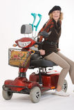 Untaugliche ältere Frau mit Roller Stockbilder