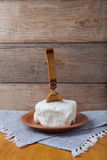 Unte con mantequilla en la placa, el pote de arcilla y la cuchara en la servilleta de lino Stil rústico Fotos de archivo libres de regalías