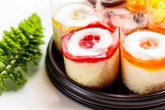 Unte con mantequilla la variedad deliciosa de las magdalenas incluida en la caja Imágenes de archivo libres de regalías