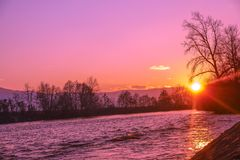 Unten durch den Fluss, überschreitet Sonnenuntergang vorbei Stockbilder