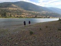 Unten durch den Fluss zusammen Lizenzfreie Stockfotos