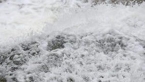 Unten fallen Frühlingswasserfall stock footage