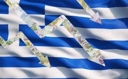 Unten fallen Pfeile gemacht von den Euroanmerkungen über griechischer Flagge Lizenzfreie Stockfotografie