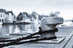 Unten gebunden (Schiffspoller auf dem Dock) Stockbilder