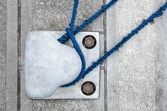 Unten gebunden (Schiffspoller im Hafen) Stockbilder