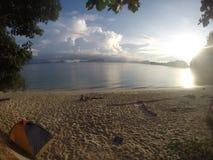 Unten geschlafen und wachte in einer Paradiesinsel auf stockfotografie