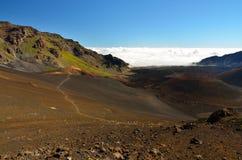 Unten im Haleakala-Krater, während Wolken über dem Gebirgsrücken, durchgebrannt werden Maui-Insel, Hawaii schauen Stockbild
