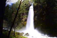 Unten mit dem Wasserfall Lizenzfreies Stockfoto