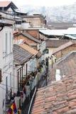 Unten schauen zu Calle La Ronda Quito stockbild