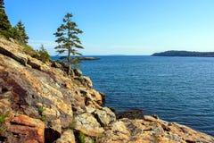 Unten schauen zum blauen Meer von der Spitze des Berges Stockfoto