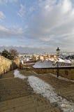 Unten Steintreppe in einer Stadt Stockfotos
