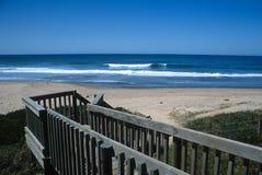 Unten zum Strand Stockfoto