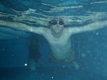 Unter blauem Wasser des Wassersport-Swimmingpools Lizenzfreie Stockbilder