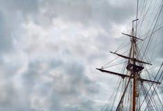 Unter bloßen Polen.  Alles umgab dieses Segelschiff wird getränkt weg mit stürmischem Unheil verkündendem Gefühl. stockbilder