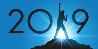 2019 unter dem Banner des Erfolgs und der Leistung, mit dem Beispiel eines Mannes, der eine Herausforderung klettert den Gipfel e stock abbildung