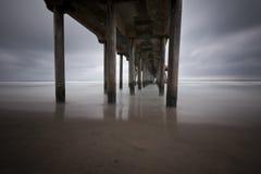 Unter dem Beach-Pier Lizenzfreie Stockfotografie